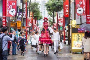 女巨人踩高蹺遊街